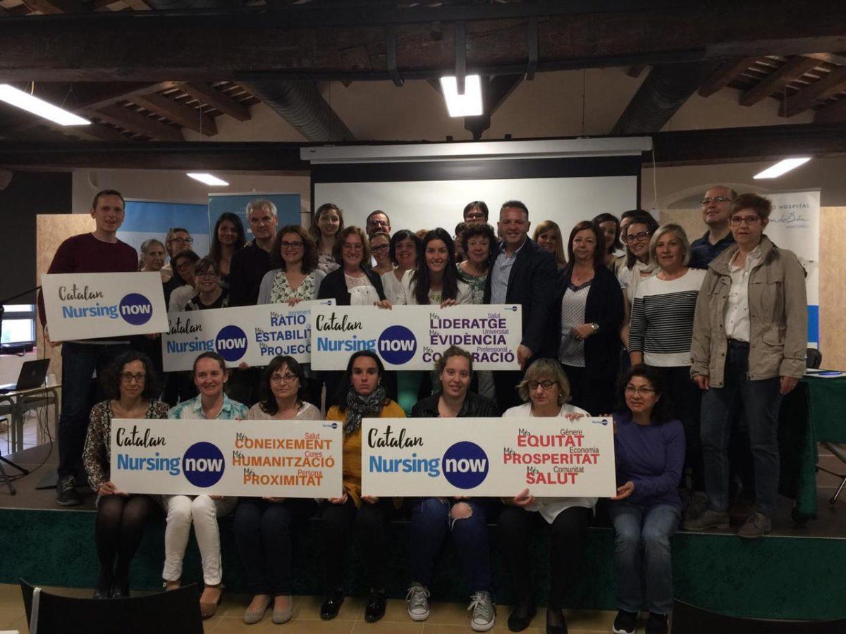 Fotografia de grup dels infermers i les infermeres assistents a la jornada - FHSJDM