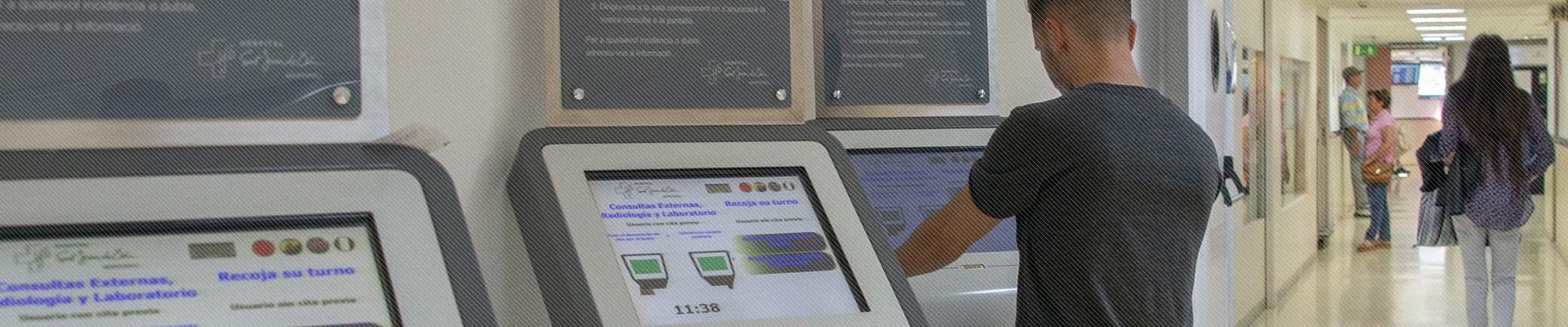 Primer pla dels dispositius electrònics ubicats a la recepció de l'Hospital